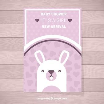 Invitación morada de fiesta del bebé con corazones y un conejo bonito
