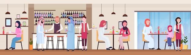 Invitados árabes en el mostrador del bar y mesas bebiendo jugo fresco y café, camarero y camarera sirviendo bebidas a los clientes árabes restaurante moderno interior banner horizontal plana