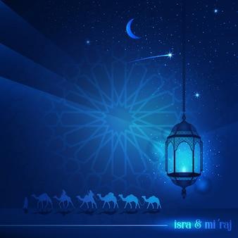 Isra y miraj con hermosa tipografía y tierra árabe montando en camellos por la noche