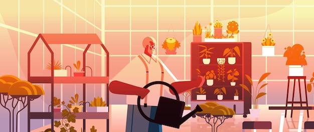 Jardinero de hombre mayor con regadera cuidando plantas en macetas en el jardín de su casa, sala de estar u oficina, ilustración de vector de retrato horizontal interior