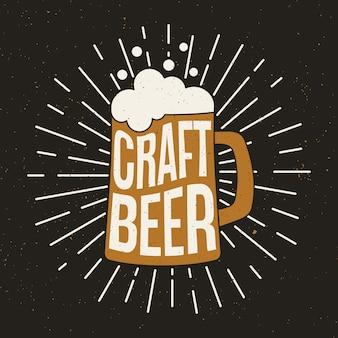 Jarra de cerveza con cerveza artesanal.