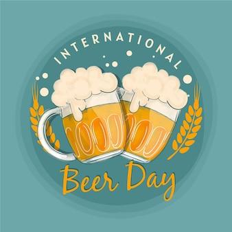 Jarras llenas de cerveza y hojas de lúpulo