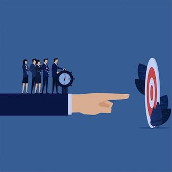 El jefe de negocios dirige al empleado para que alcance el objetivo correcto con la brújula.