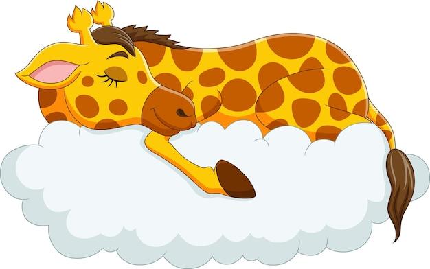 Jirafa divertida de dibujos animados durmiendo en las nubes