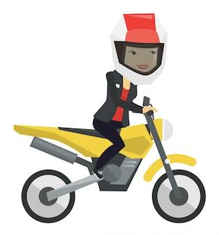 Joven asiática montando motocicleta.