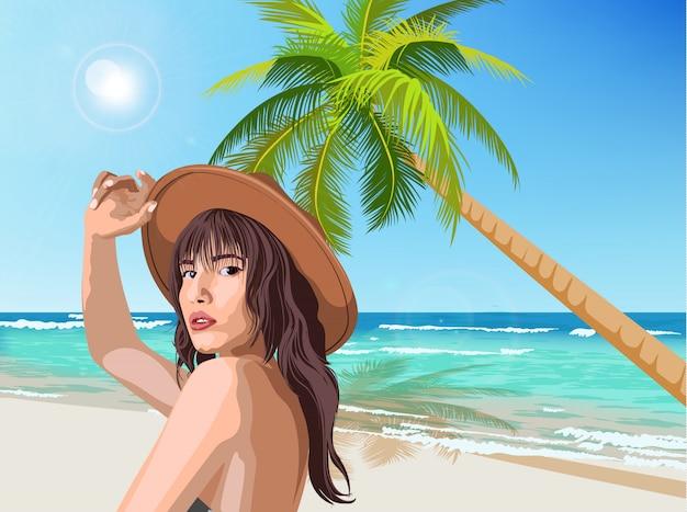 Joven caucásica con sombrero marrón posando en la playa con palmeras verdes y mar de fondo