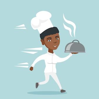 Joven chef afroamericano cocinero corriendo con plato