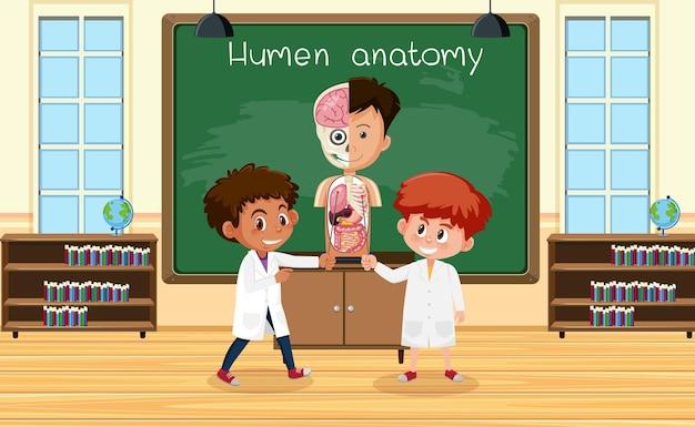 Joven científico explicando la anatomía humana frente a una placa en el laboratorio