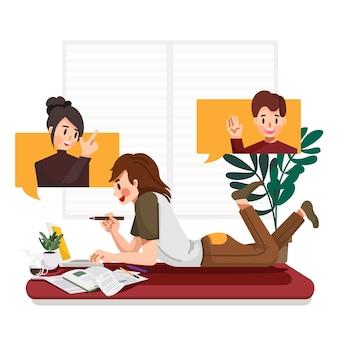 Joven empresario tendido en el suelo en la sala de estar, reunión en línea de videoconferencia con su compañero de equipo o colegas trabajan desde casa durante la epidemia de virus
