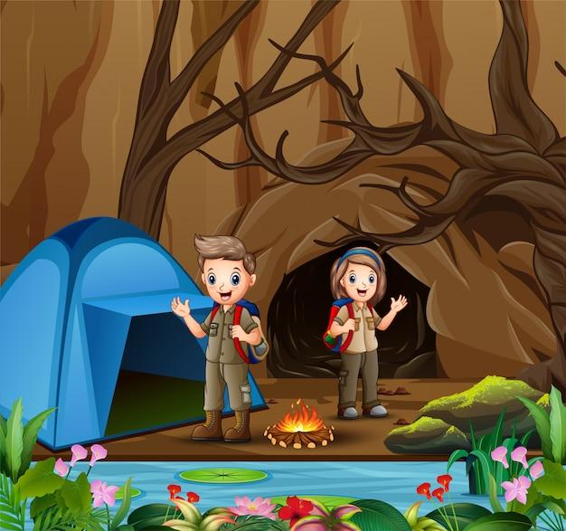 Joven explorador en la escena de la zona de acampada