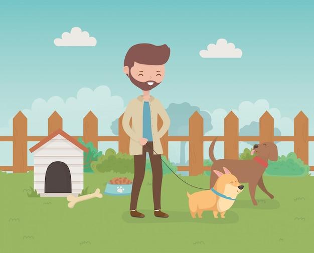 Joven con lindas perritos mascotas en el campo