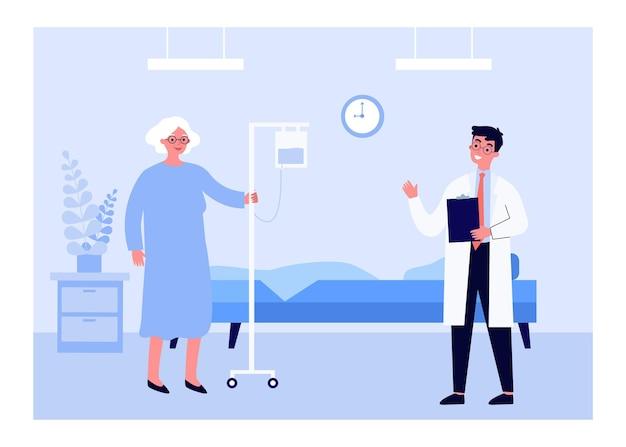 Joven médico y anciana en el hospital.