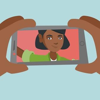 Joven mujer afroamericana haciendo selfie.