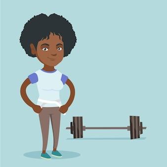 Joven mujer afroamericana midiendo la cintura.