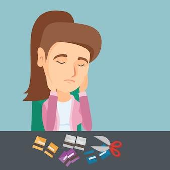 Joven mujer caucásica cortar tarjetas de crédito.