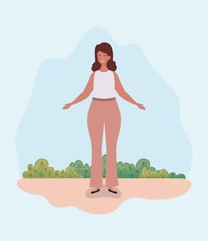 Joven mujer gorda de pie en el campamento