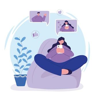 Joven mujer sentada en una silla usando teléfono inteligente chateando