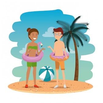 Joven pareja interracial en la playa de verano