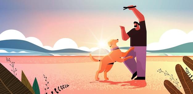 Joven pasar tiempo con el dueño del perro macho y lindo animal doméstico divirtiéndose amistad con concepto de mascota