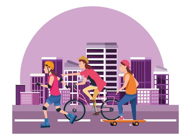 Joven peple con sakteboard, patines y bicicletas