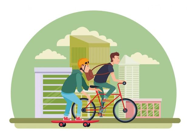 Jóvenes amigos varones con bicicleta y patineta