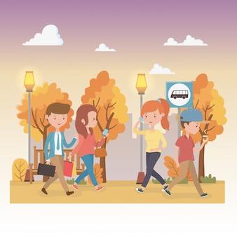 Jóvenes caminando en los personajes del parque.
