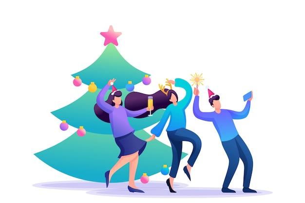 Los jóvenes se divierten cerca del árbol de navidad, riendo, bailando, tomando fotografías.