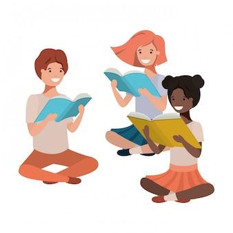 Jóvenes estudiantes de etnia sentados leyendo libro