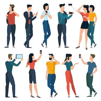 Jóvenes de moda con teléfonos móviles y gadgets. adolescente de diseño gordo, estudiantes, niñas y mujeres, niños y hombres charlando, comunicándose, haciendo selfie.
