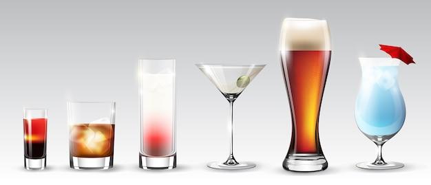 Juego completo de vasos de diferentes formas con bebidas alcohólicas, bebidas y cócteles aislados
