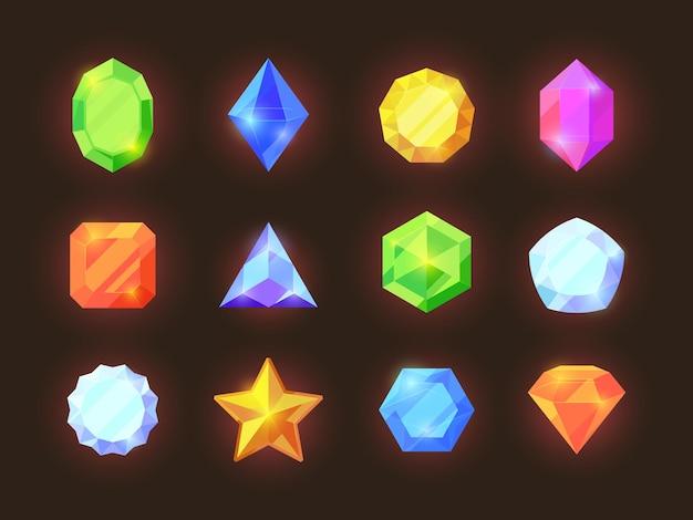 Juego de cristales de colores. joyas brillantes de varias formas geométricas, diamantes azules, zafiros naranjas, esmeraldas verdes, tesoro del juego gráfico vibrante para la interfaz móvil rica del usuario.