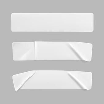 Juego de maquetas de pegatinas rectangulares arrugadas pegadas en blanco