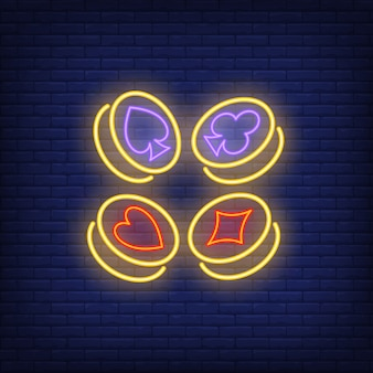 Juego de naipes símbolos de símbolos en el signo de neón de monedas de oro