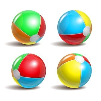 Juego de pelotas de playa en diferentes posiciones sobre un fondo blanco. símbolo de la diversión del verano en la piscina o junto al mar.