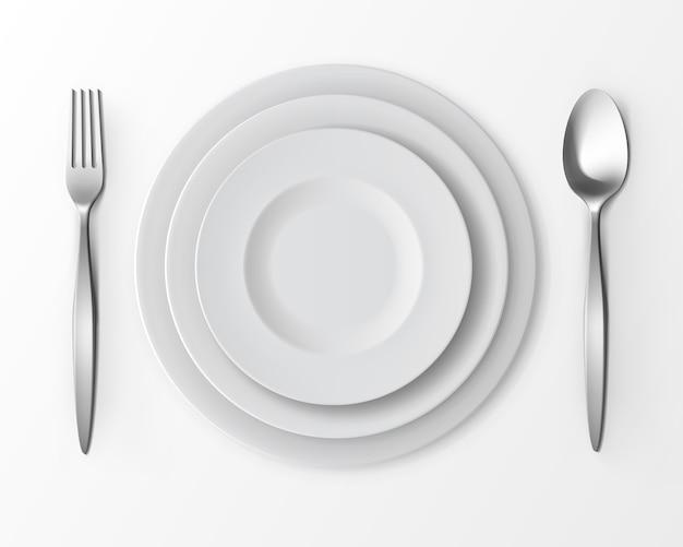 Juego de platos redondos vacíos blancos con tenedor y cuchara