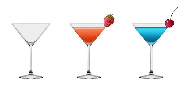 Juego de vasos de cóctel vacíos y llenos. cócteles de verano con cereza y fresa.