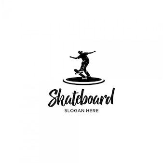 Jugando plantilla de logotipo de silueta de skateboard