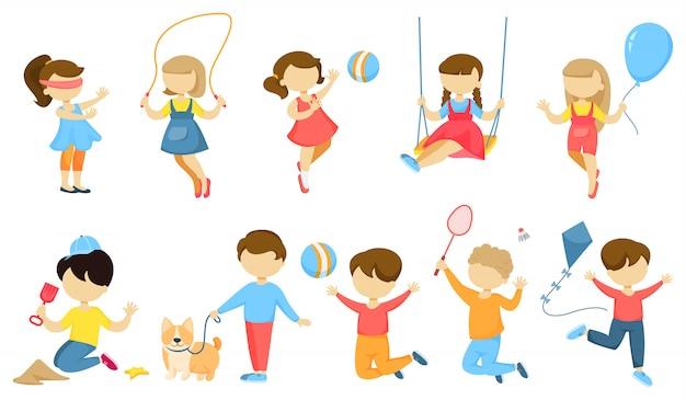 Jugar a los niños con juguetes en blanco.
