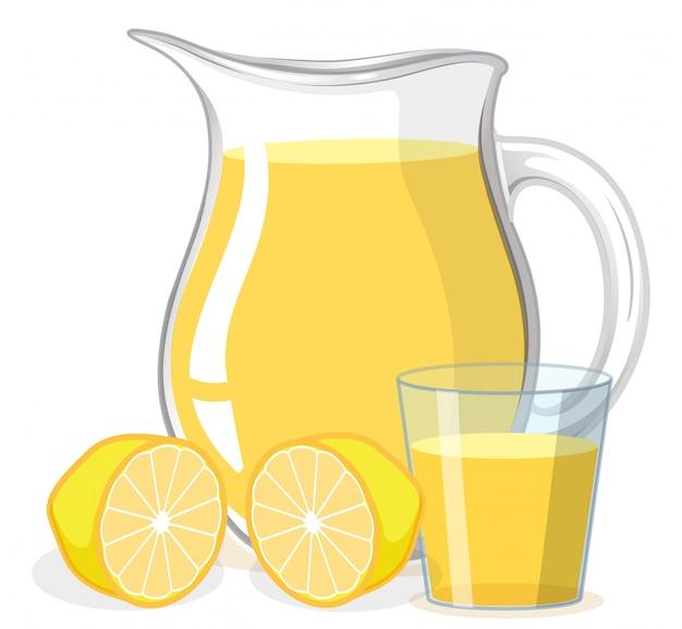 Jugo de limón en vaso y jarra sobre fondo blanco.