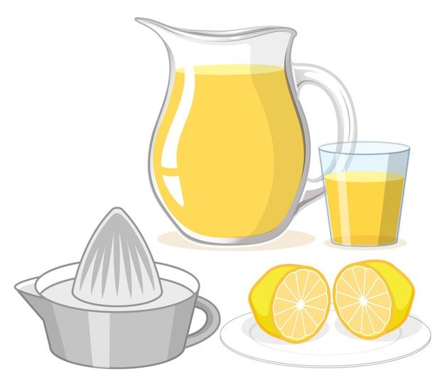 Jugo de limón en vidrio y jarra sobre fondo blanco.