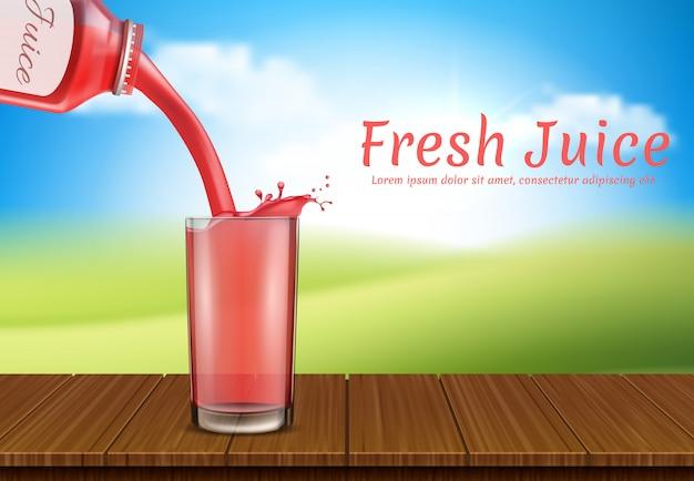 El jugo se vierte de una botella a otra. taza, recipientes transparentes de plástico
