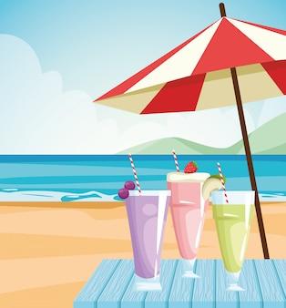 Jugos de frutas vasos en la playa