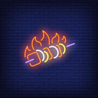 Kebab muestra de neón con llamas de fuego