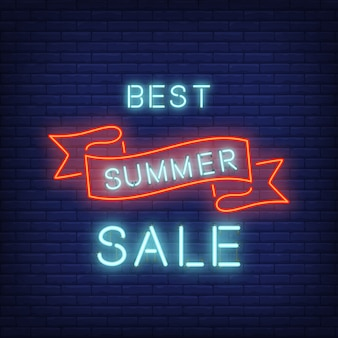 La mejor venta de verano con cinta roja en estilo neón. letras brillantes y agitando cinta en azul oscuro bric