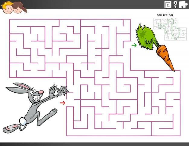 Laberinto juego educativo con conejo de dibujos animados y zanahoria
