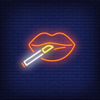 Labios de mujer con letrero de neón de cigarrillo.