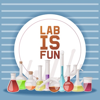 El laboratorio es divertido. diferentes cristalería de laboratorio y líquido para análisis, tubos de ensayo con líquido naranja, amarillo y rojo.
