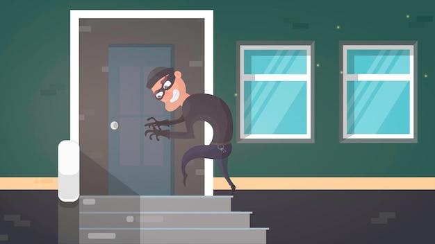 Ladrón en máscara negra con manojo de llaves maestras entrando en casa criminal ladrón personaje puerta abierta noche casa interior plano horizontal