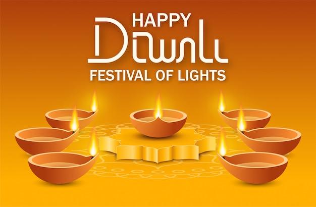 Lámpara de aceite de diya en el podio y muchas de las lámparas alrededor sobre fondo amarillo con rangoli y letras de texto feliz festival de luces de diwali. concepto indio vacaciones deepavali