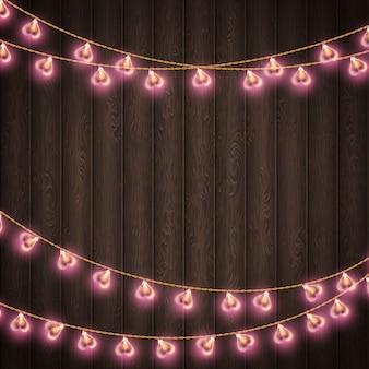 Lámpara en forma de corazón para lugar de decoración sobre fondo de madera.